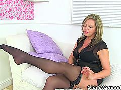 Scottish milf Toni Lace stuffs her cunny with knickers