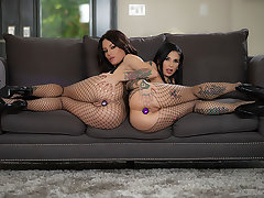 Kissa & Joanna: Gaping Anal Threesome!
